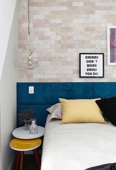 92. Cores para quartos decorados com parede de tijolinho e cabeceira azul petróleo – Por: Mauricio Gebara Arquitetura