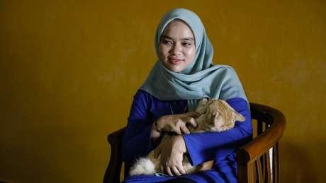 Siti e seu gato Chomel