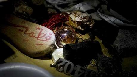 """Itens """"amaldiçoados"""" ficam sobre a mesa em centro espiritual de Zaki Ya"""