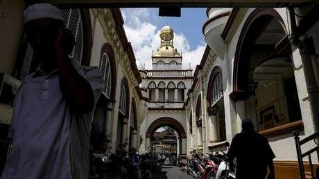 Homem em mesquita de Kota Baru