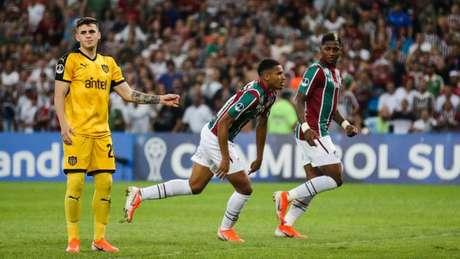 Yoni González e Marcos Paulo comemoram gol diante do Peñarol (Lucas Merçon/Fluminense)