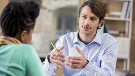 Você pode ajudar ou demitir a pessoa de quem potencialmente pode falar mal? Se não, deixe os comentários maliciosos sobre eles de fora