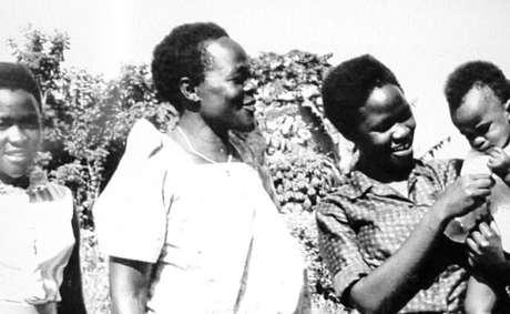 Betty Bigombe (direita) ainda criança com a mãe e a irmã