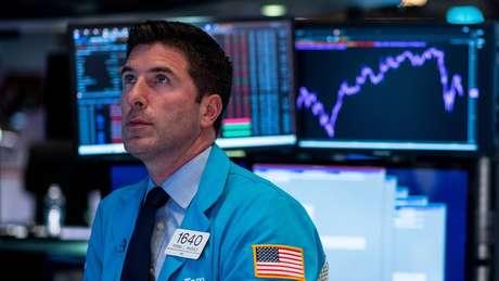 Em tempos turbulentos, investidores deixam as ações na bolsa em busca de ativos seguros, como o ouro