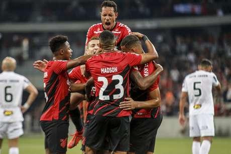 Marcelo Cirino, do Athletico Paranaense, comemora seu gol durante partida contra o Atlético Mineiro, válida pela 15ª rodada do Campeonato Brasileiro 2019, na Arena da Baixada, em Curitiba