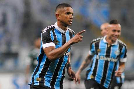 David Braz, do Grêmio, comemora seu gol na partida contra o Palmeiras, válida pela 15ª rodada do Campeonato Brasileiro 2019, na Arena Grêmio, em Porto Alegre