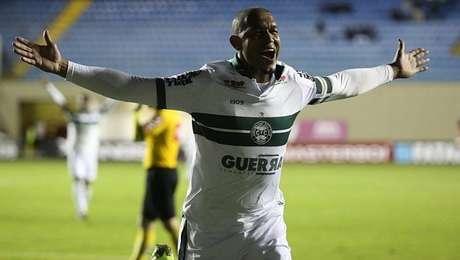 Rodrigão comemora gol na vitória do Coritiba sobre o Oeste
