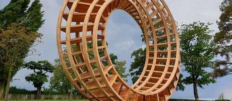 A escultura Anel pela Paz, que representa a visão do encontro na cidade de Lindau