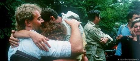 Cidadãos da antiga Alemanha Oriental abraçam-se após a fuga para a Áustria