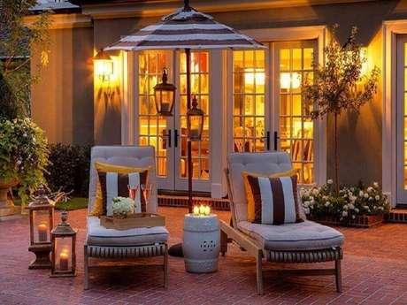 12. Decoração charmosa para área externa com garden seat branco e velas – Foto: Elements of Style