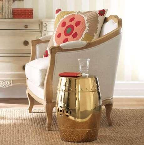 14. O garden seat dourado garantiu um toque super sofisticado na decoração com estilo clássico – Foto: Pinterest