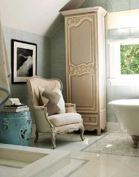 15. Decoração clássica para banheiro com garden seat azul antigo – Foto: Wood Save