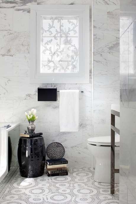 18. Banheiro branco decorado com garden seat preto – Foto: Mosuo Project