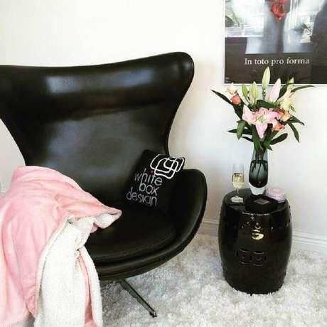 19. Decoração com seat garden preto e tapete branco felpudo – Foto: White Box Design