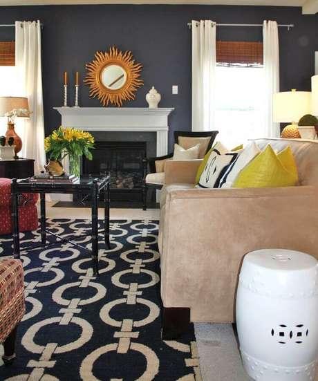20. Sala decorada com tapete estampado e seat garden branco ao lado do sofá – Foto: Pinosy