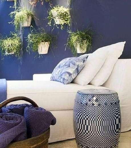 23. Decoração para ambiente azul e branco com garden seat de cerâmica estampado nas cores do ambiente – Foto: Katianny Andrade