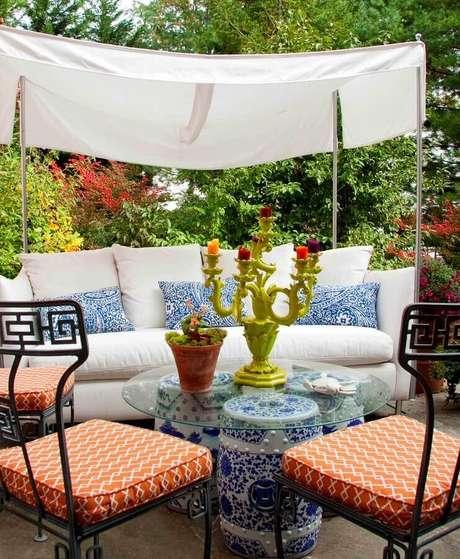 8. O garden seat também pode servir como uma linda mesa de centro – Foto: Garden Decor