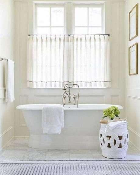 25. Decoração clean para banheiro todo branco com banheira e garden seat de cerâmica – Foto: AF Design de Interiores