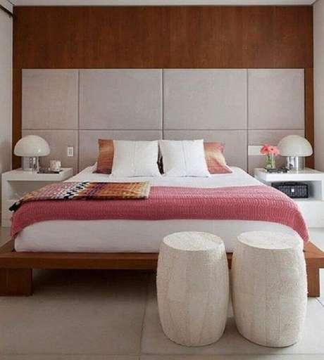 7. Os garden seat no quarto além de serem usados como criado mudo, eles também podem ser usados no pé da cama como um lindo objeto de decoração – Foto: Jerusalem House