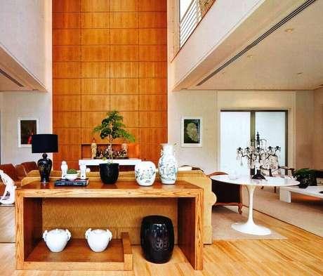28. Decoração para sala ampla com aparador de madeira e garden seat preto embaixo – Foto: Decor Assentos