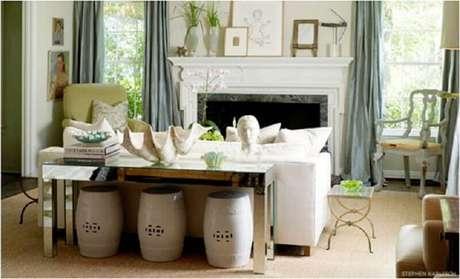1. Conjunto de garden seat cinza para decoração de sala clássica com lareira e aparador atrás do sofá – Foto: The Blue House
