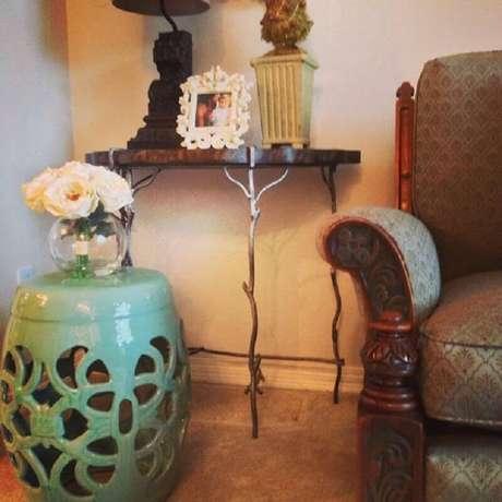 31. Decoração simples com garden seat verde com detalhes vazados – Foto: Pinosy