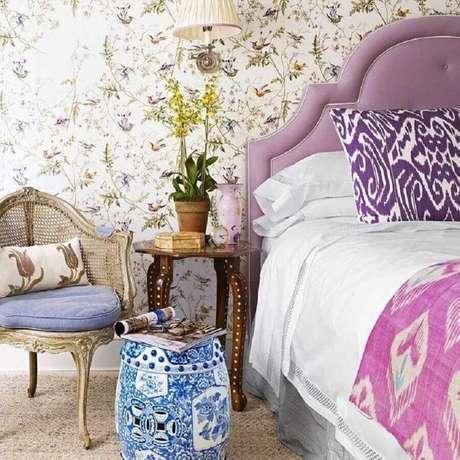 34. Delicada decoração para quarto com papel de parede romântico e garden seat de cerâmica estampado azul – Foto: In Search of Divine by Myra