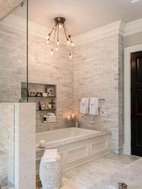 36. Decoração para banheiro clean com banheira e garden seat branco – Foto: Diycore