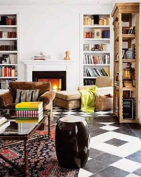 37. Garden seat preto para decoração de sala com várias estantes de livros e tapete estampado – Foto: Zion Star
