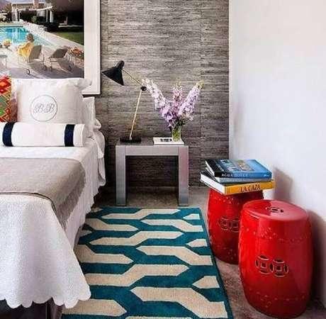 40. Quarto decorado com seat garden vermelho e tapete estampado -Foto: Canto Decoratto