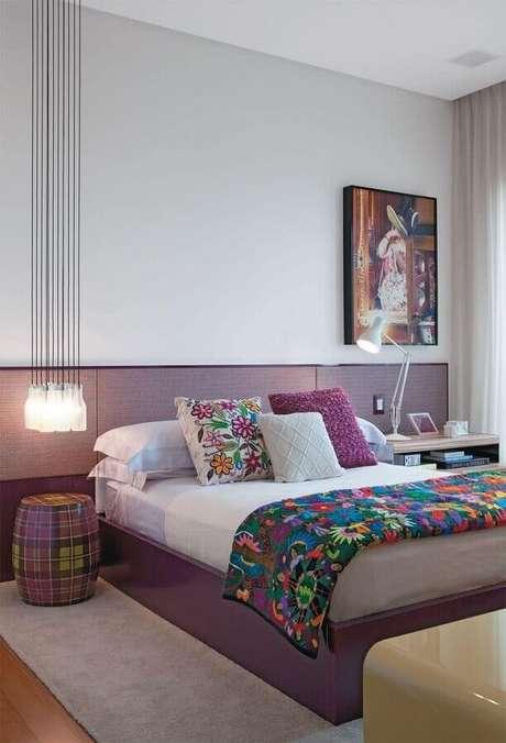 41. Decoração para quarto moderno lilás e branco com garden seat xadrez no lugar do criado-mudo – Foto: ArqDrops