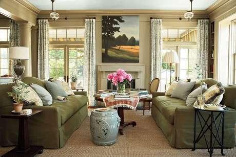 42. Sala de estar decorada com sofá verde e garden seat de cerâmica – Foto: Pinterest
