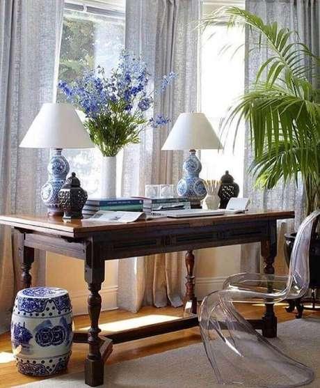 44. Sala decorada com cadeira de acrílico moderna e garden seat de louça – Foto: Blue & White