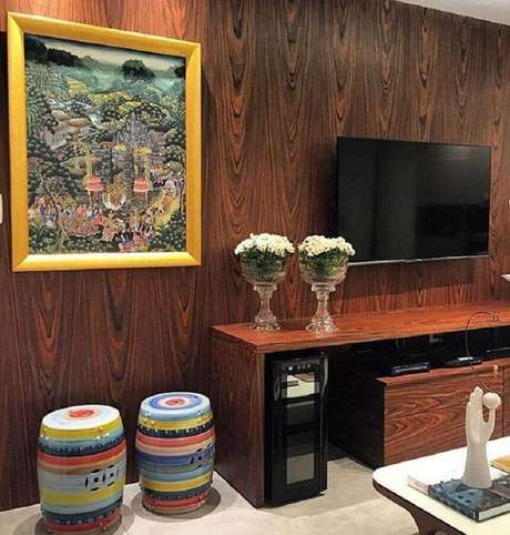 45. Sala decorada com móveis de madeira e dupla de garden seat colorido – Foto: Jéssica Abdalla