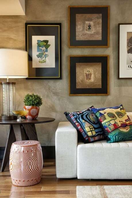 46. Sala decorada com parede de cimento queimado, quadros e garden seat de cerâmica estampado – Foto: Decora Fast