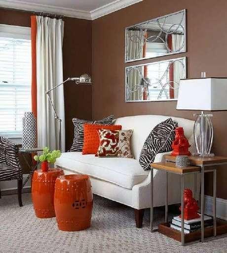 47. Sala decorada com sofá branco e dupla de seat garden vermelho – Foto: DECOREDO