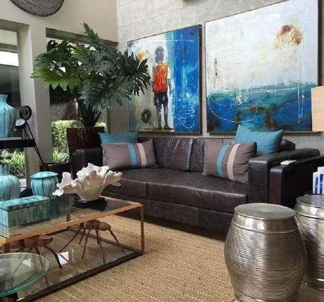 48. Sala decorada com sofá de couro e dupla de garden seat com acabamento metalizado – Foto: Cassio Veiga Casa