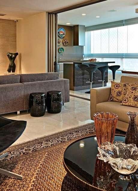 50. Sala moderna decorada em tons neutros com garden seat preto – Foto: Mauricio Gebara Arquitetura