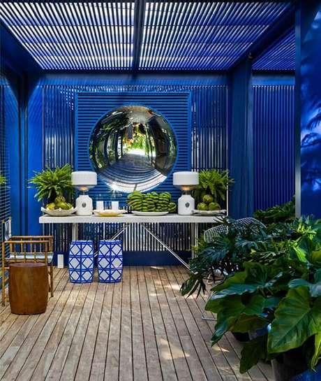 51. Varanda azul decorada com dupla de seat garden e aparador branco – Foto: Casa de Valentina