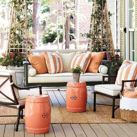 53. Varanda decorada com garden seat de cerâmica laranja – Foto: Ballard Designs