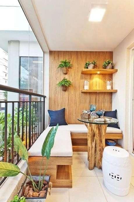 55. Varanda pequena decorada com canto alemão de madeira e garden seat branco – Foto: TopDreamer