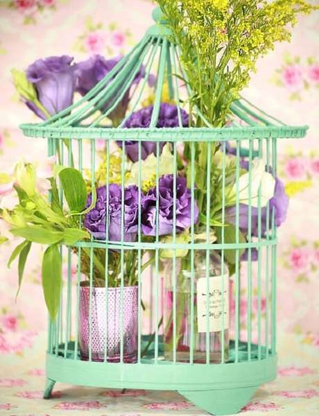 17. Gaiola decorativa verde com arranjo de flores. Fonte: Pinterest