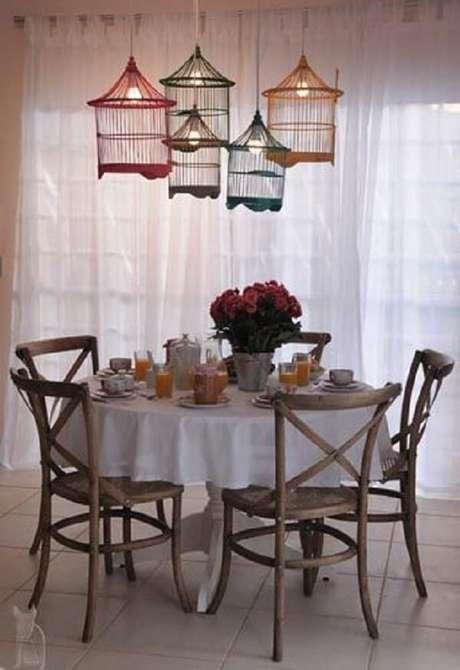 20. Luminárias feitas com gaiolas decorativas encantam a sala de jantar. Fonte: Pinterest