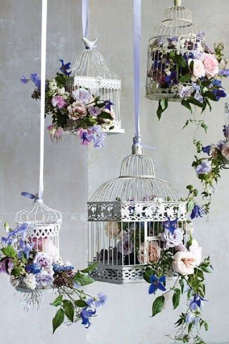 68. Gaiolas decorativas suspensas com flores. Fonte: Pinterest