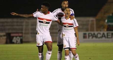 Jogadores do Botafogo comemoram gol na vitória sobre o Londrina