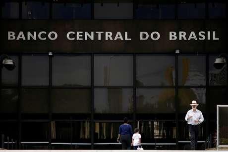 O Banco Central tem tentado frear a desvalorização cambial (imagem de 16/05/2017) REUTERS/Ueslei Marcelino