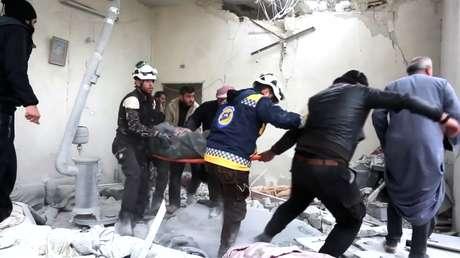 Forças da defesa civil retiram pessoa ferida de escombros após ataque aéreo em Khan Sheikhoun, na Síria 26/02/2019 ReutersTV/via REUTERS