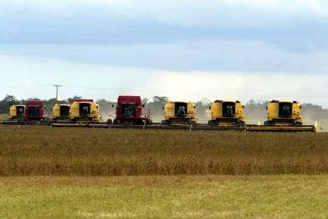 Colheita de soja em Sorriso (MT)  19/03/2004 REUTERS/Paulo Whitaker