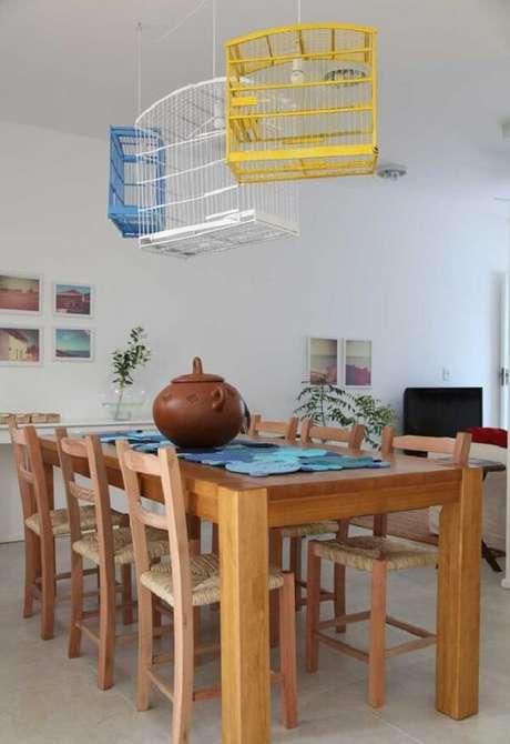 5.Decoração com gaiolas de passarinho foram utilizadas como luminárias na sala de jantar. Fonte: Pinterest