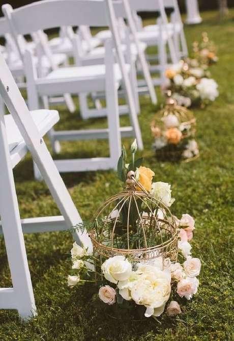 57. Utilize gaiolas decorativas para enfeitar a cerimônia. Fonte: Casar